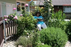 freizeitangebote-frau-im-kraeutergarten