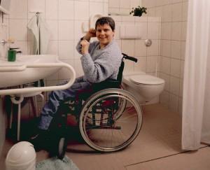 handicap-rollstuhlfahrerin-wc