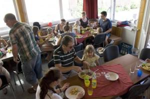 service-aufenthaltsraum-gaeste-beim-essen
