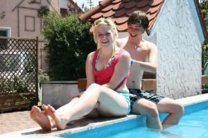 wellness-schwimmen-beckenrand